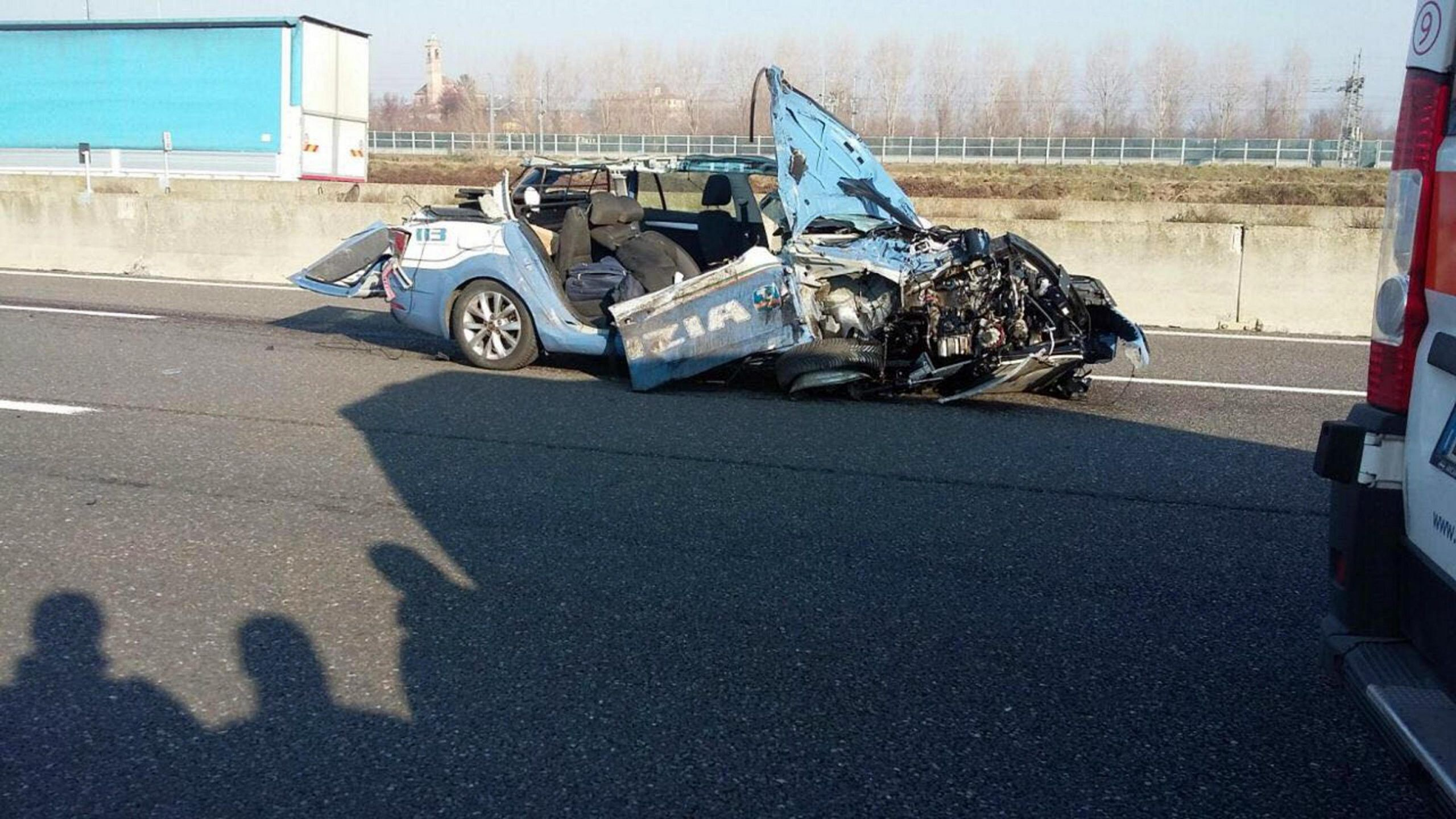 Auto della Polizia si scontra con un tir, morto agente