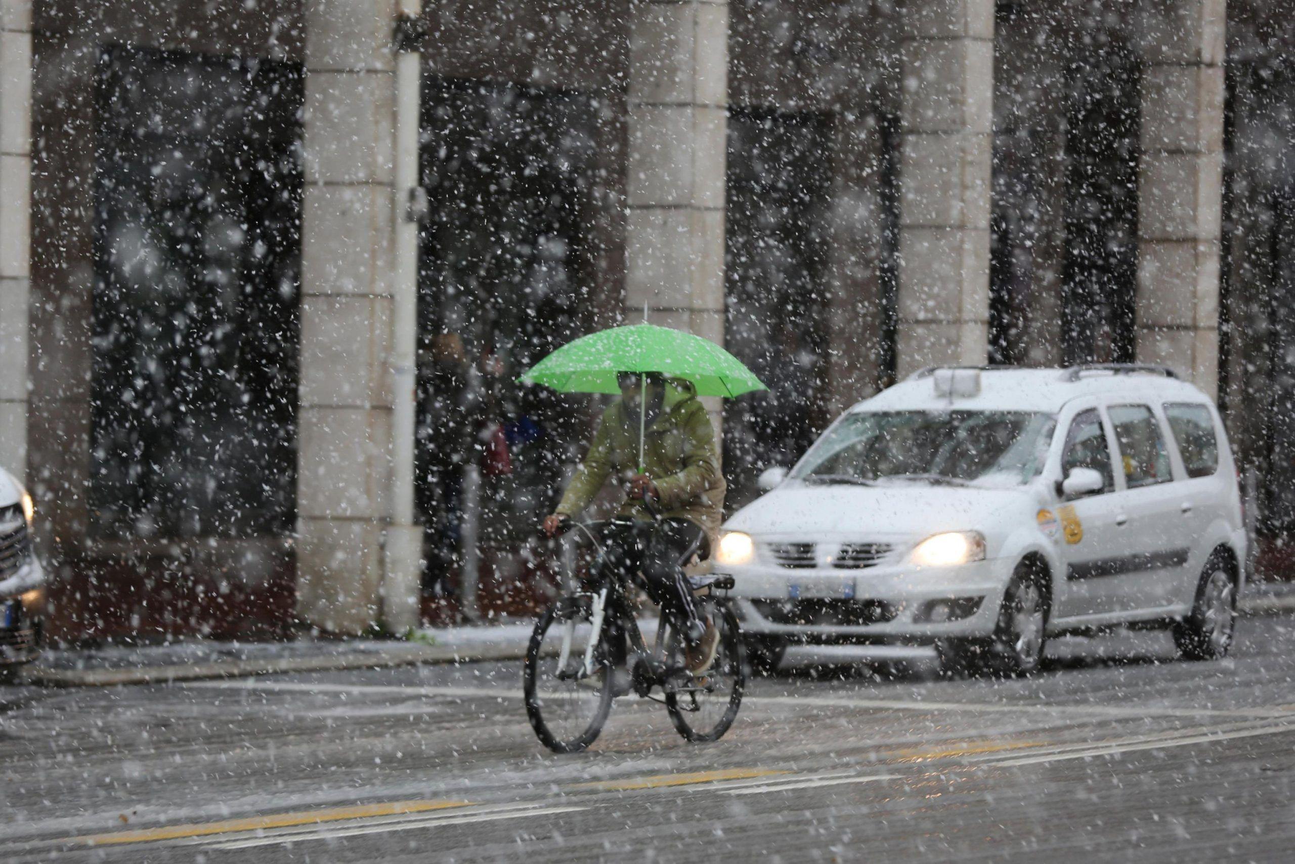 Maltempo: pioggia e neve su E R, fiocchi cadono su Bologna