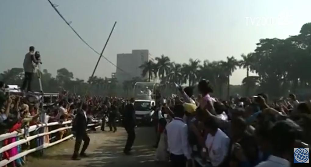 Papa in Bangladesh: palo rischia di travolgere la papamobile