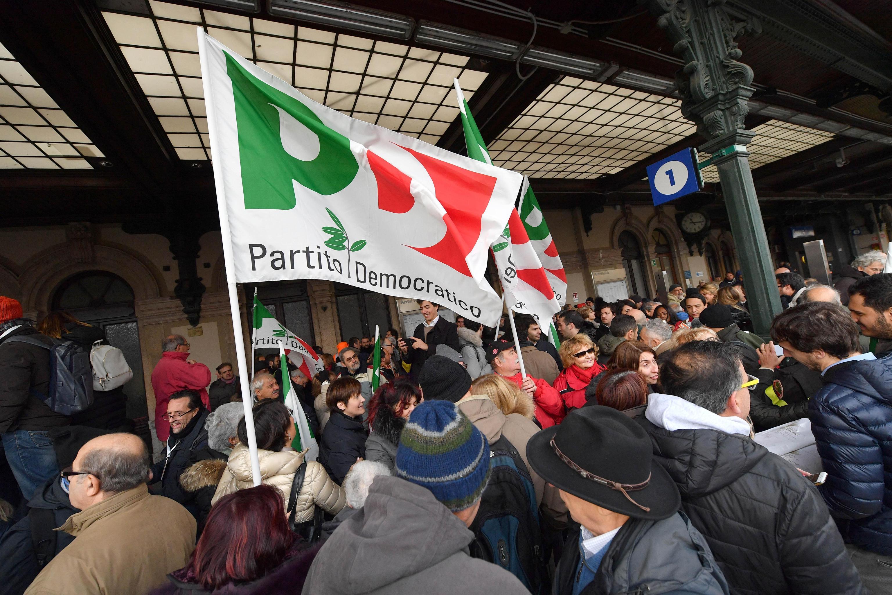 Sostenitori del PD attendono l'arrivo del segretario Matteo Renzi