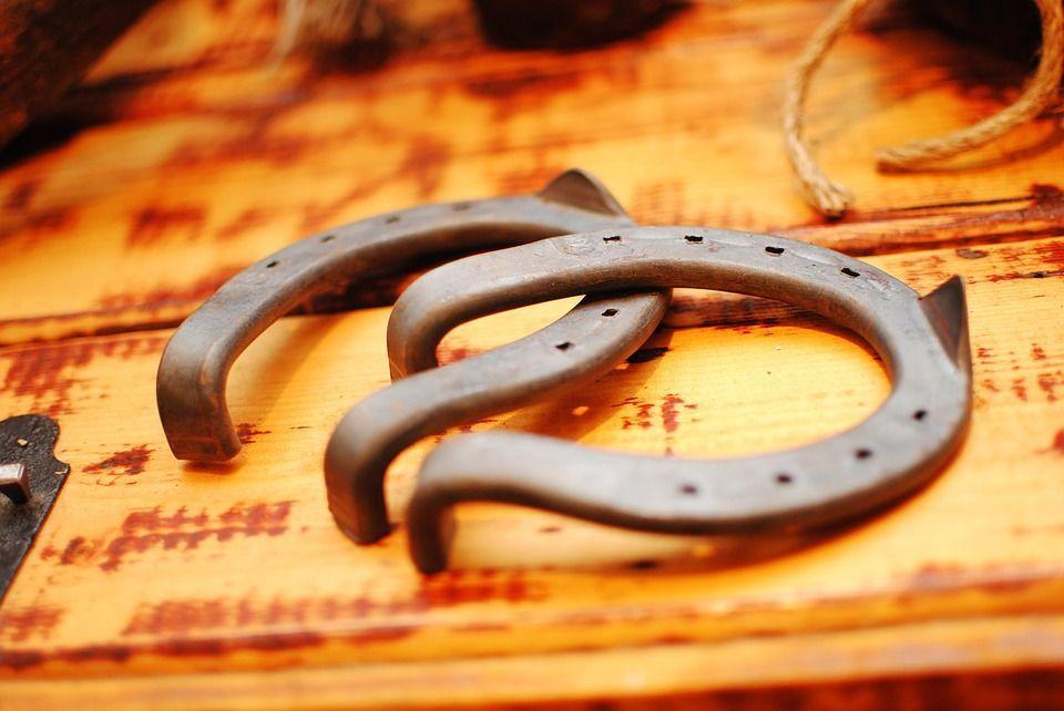 Perché si dice toccare ferro per scaramanzia: l'arma contro il malocchio e la sfortuna