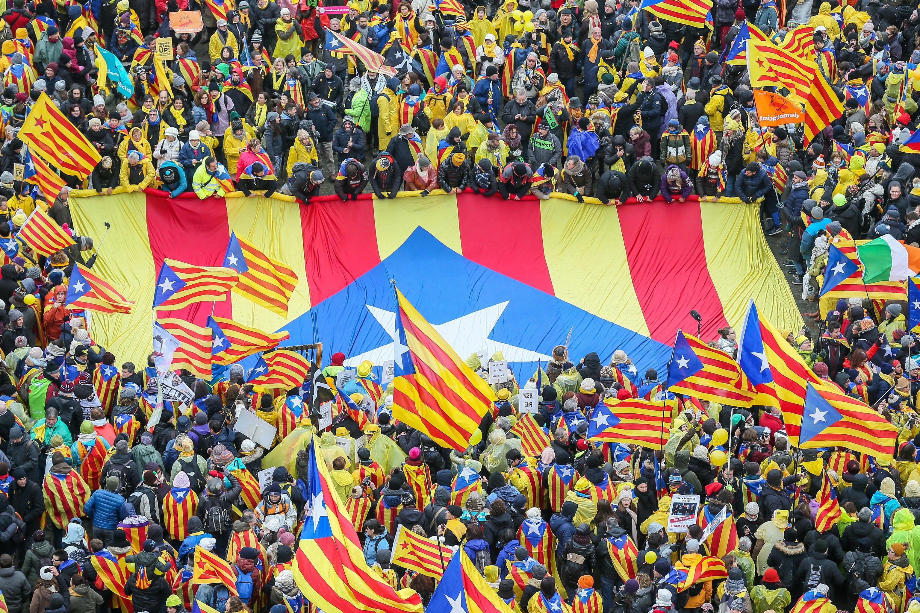 La folla in strada per l'indipendenza della Catalogna