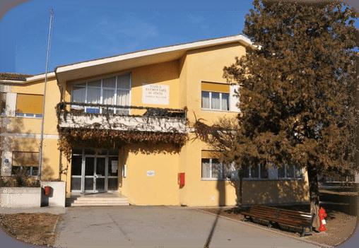 Fece sputare su alunno di 6 anni i compagni di classe per punizione: maestra a processo