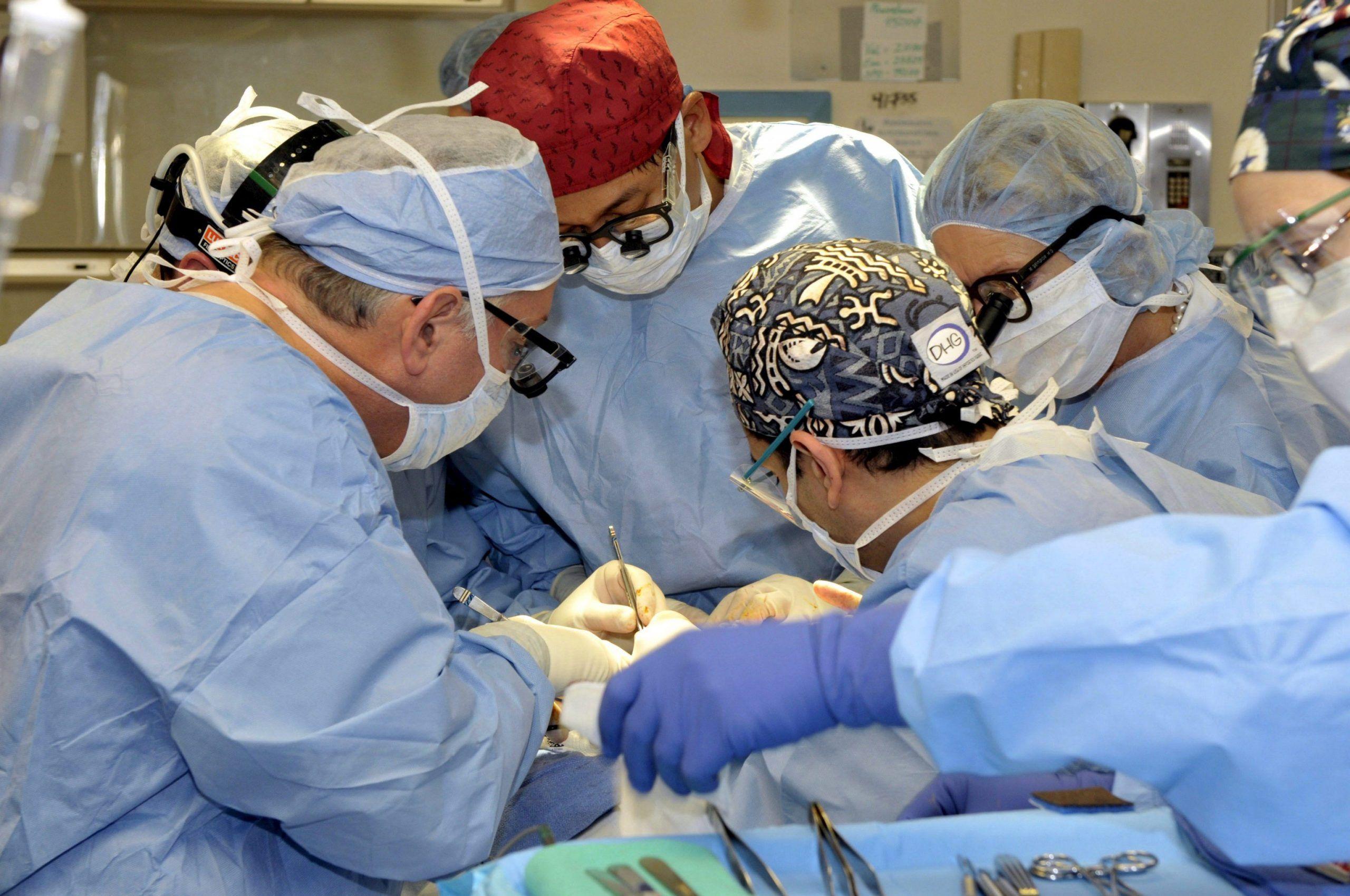 Un'operazione chirurgica in una foto d'archivio