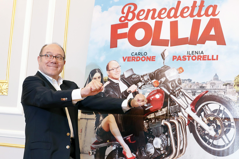 Carlo Verdone davanti alla locandina del film