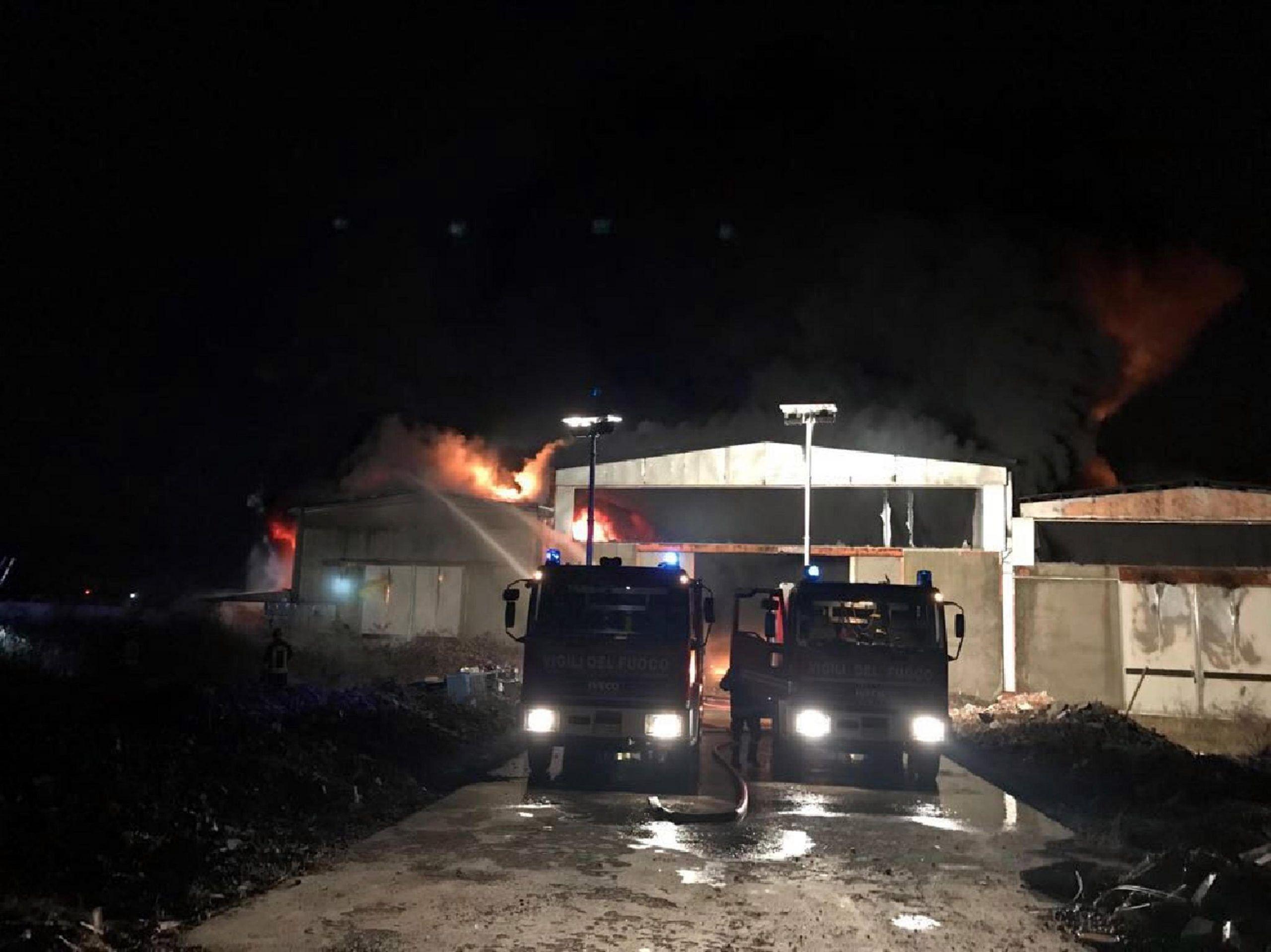 Pavia, incendio in capannone industriale: allarme nube tossica, evacuate 100 persone
