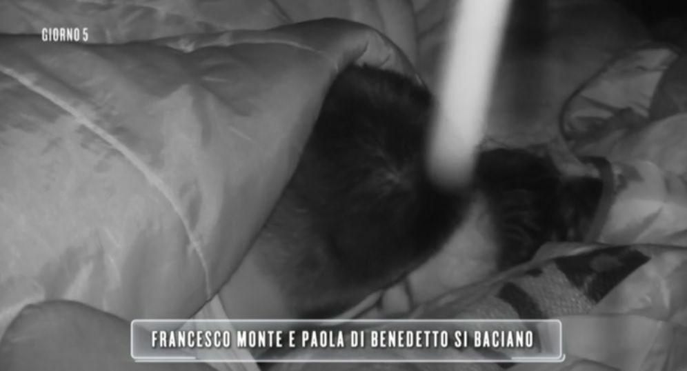 L'Isola 13, Francesco Monte e Paola Di Benedetto: bacio nella notte
