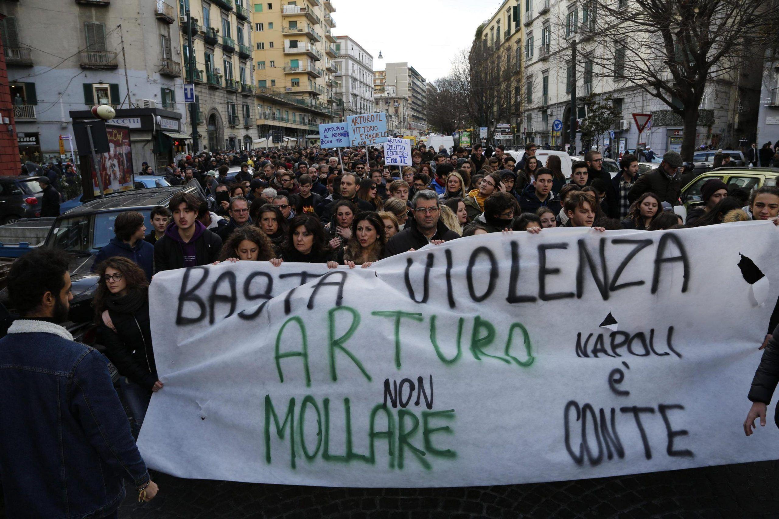 Manifestazione a Napoli dopo la violenza delle baby gang