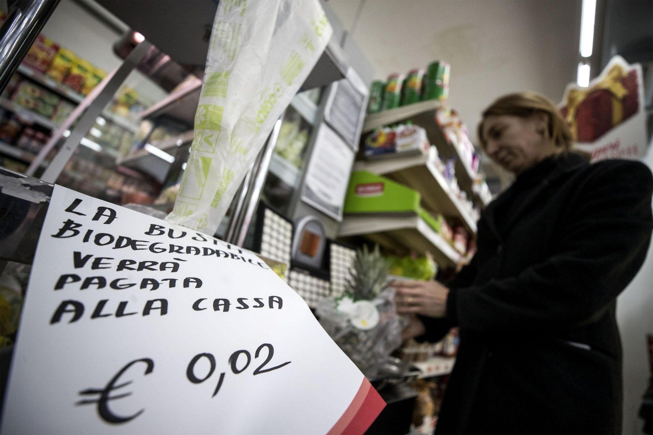 Sacchetti bio per frutta e verdura a pagamento: italiani divisi e Renzi risponde ai complottisti