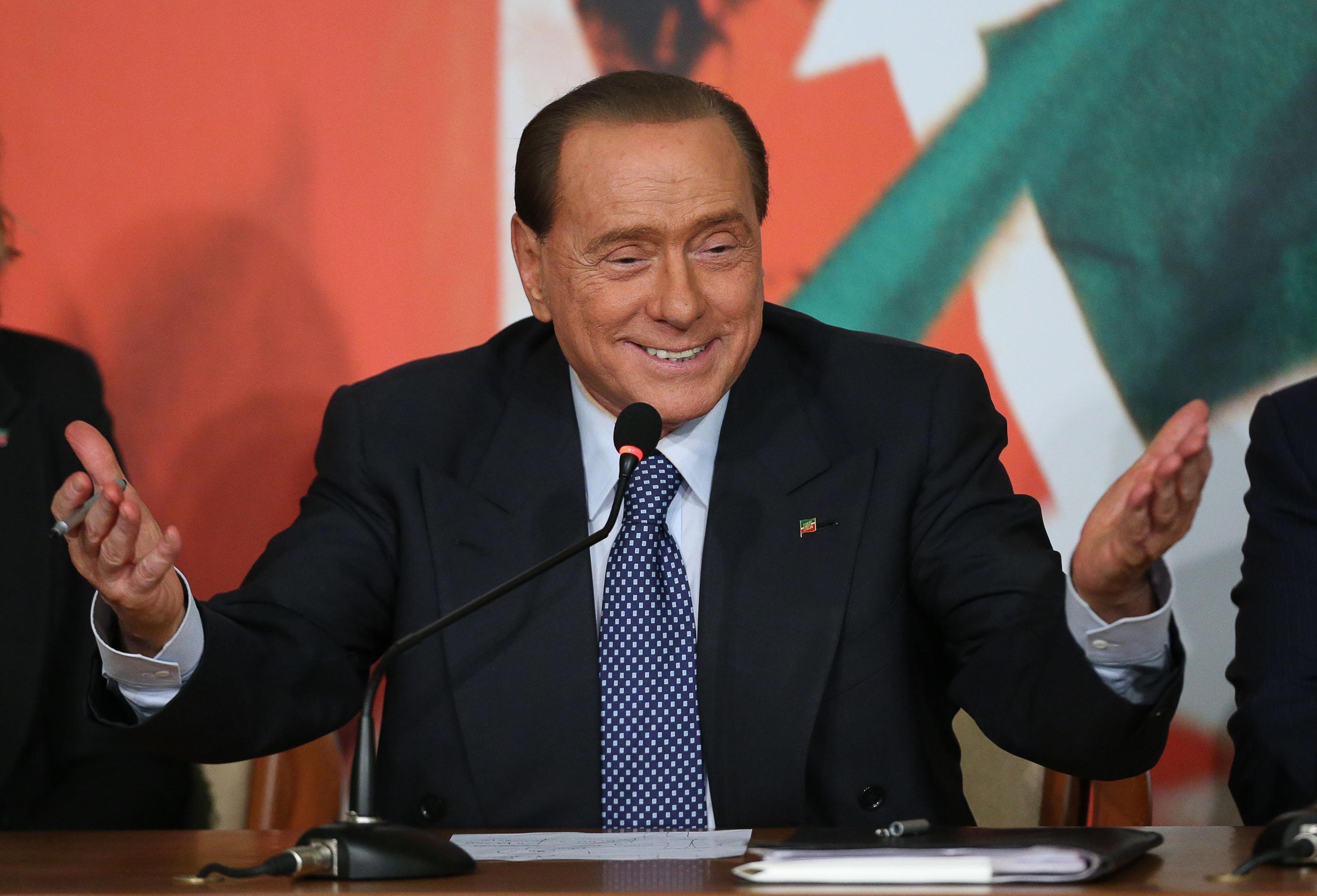 Berlusconi e la gara di pipì con Confalonieri: «Ha vinto lui»