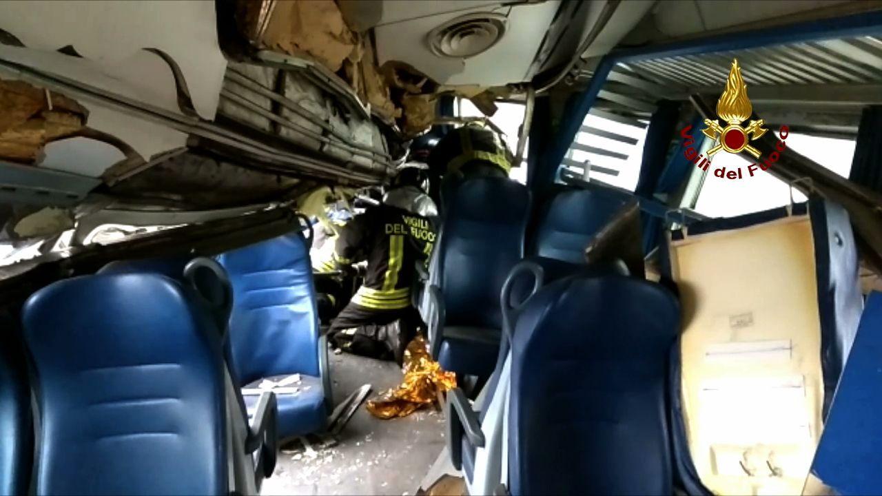 Gli interni del treno nella foto dei Vigili del Fuoco