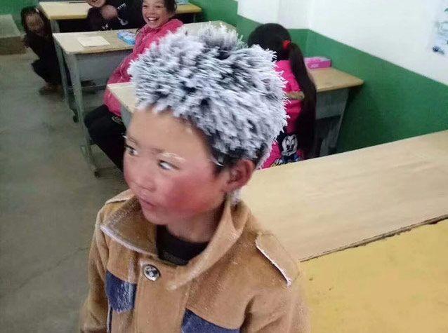 Arriva in classe coi capelli congelati per aver camminato a -9° per 4 km: la foto fa il giro del mondo