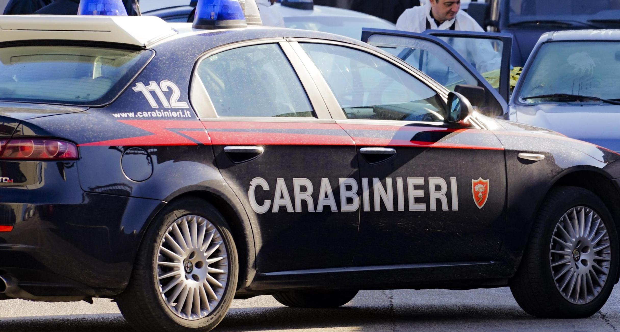 Strangolata davanti alla figlia piccola per pochi euro: fermati due cugini del marito