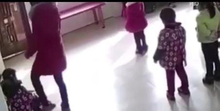 Le bimbe dimenticano i passi del ballo, la maestra le picchia davanti a tutta la classe