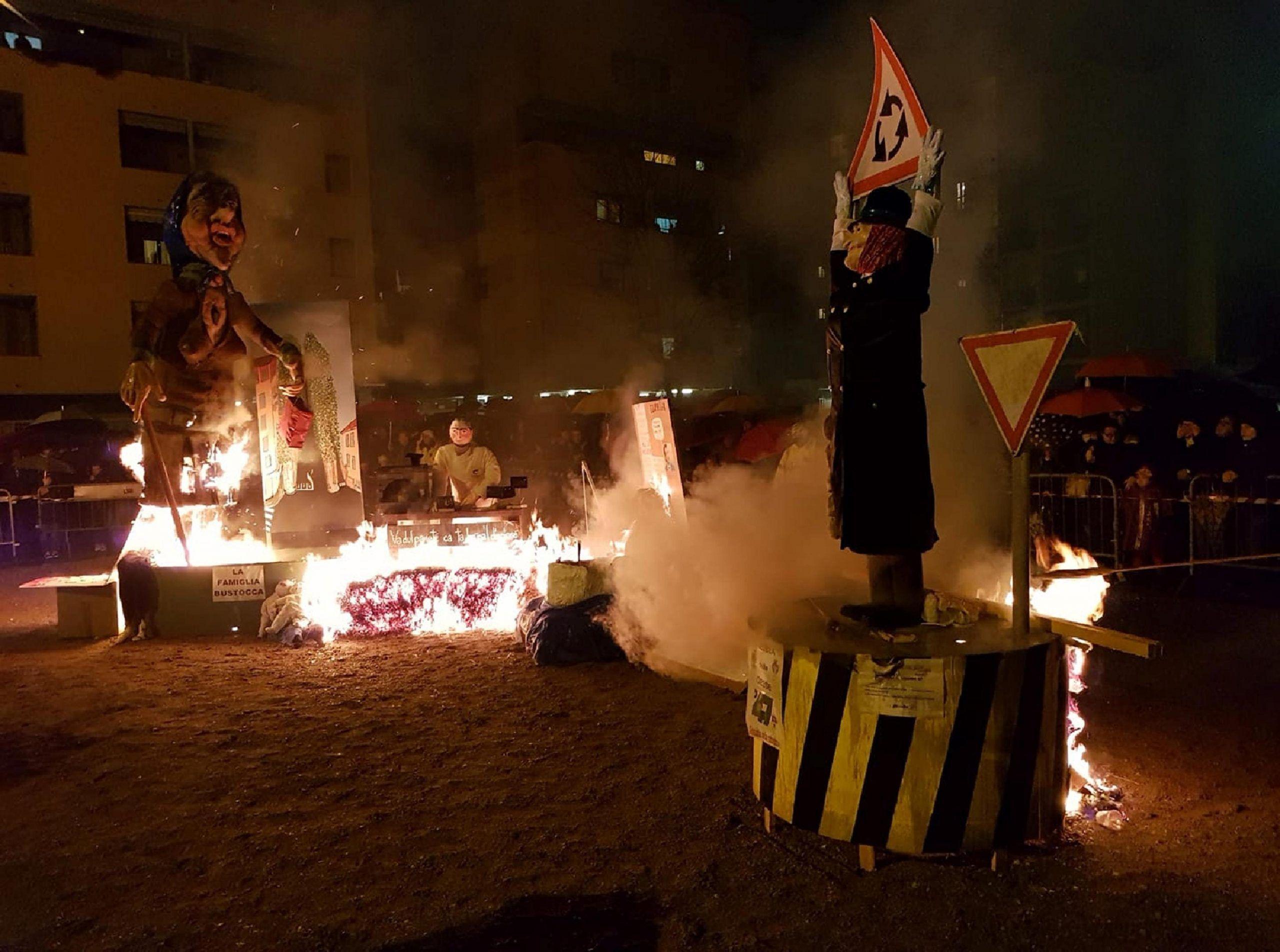 Lega, i Giovani Padani di Busto Arsizio bruciano in piazza un fantoccio di Laura Boldrini: polemica