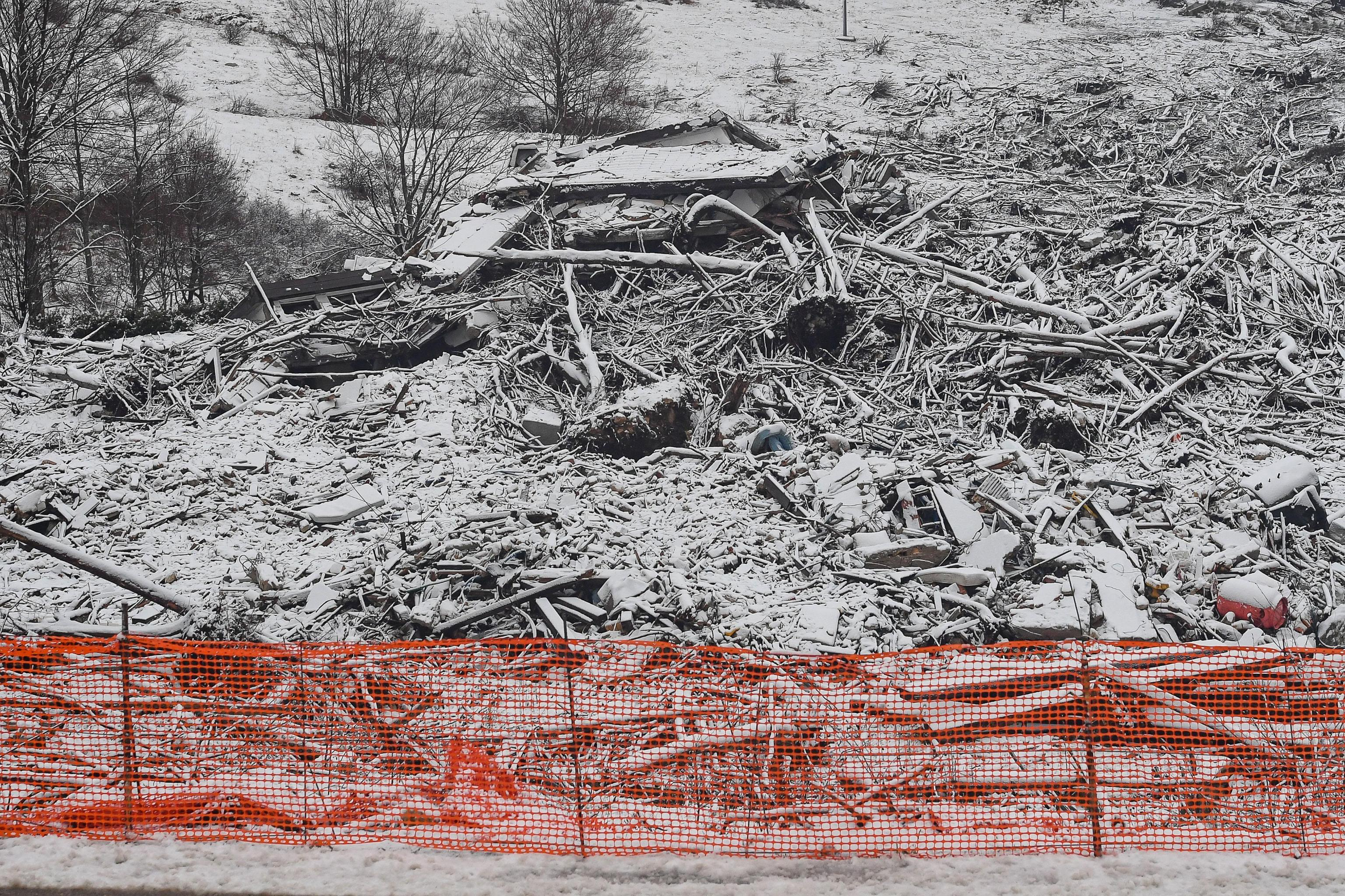 Rigopiano, un anno dalla tragedia: il dolore dei sopravvissuti e i ricordi dei parenti delle vittime