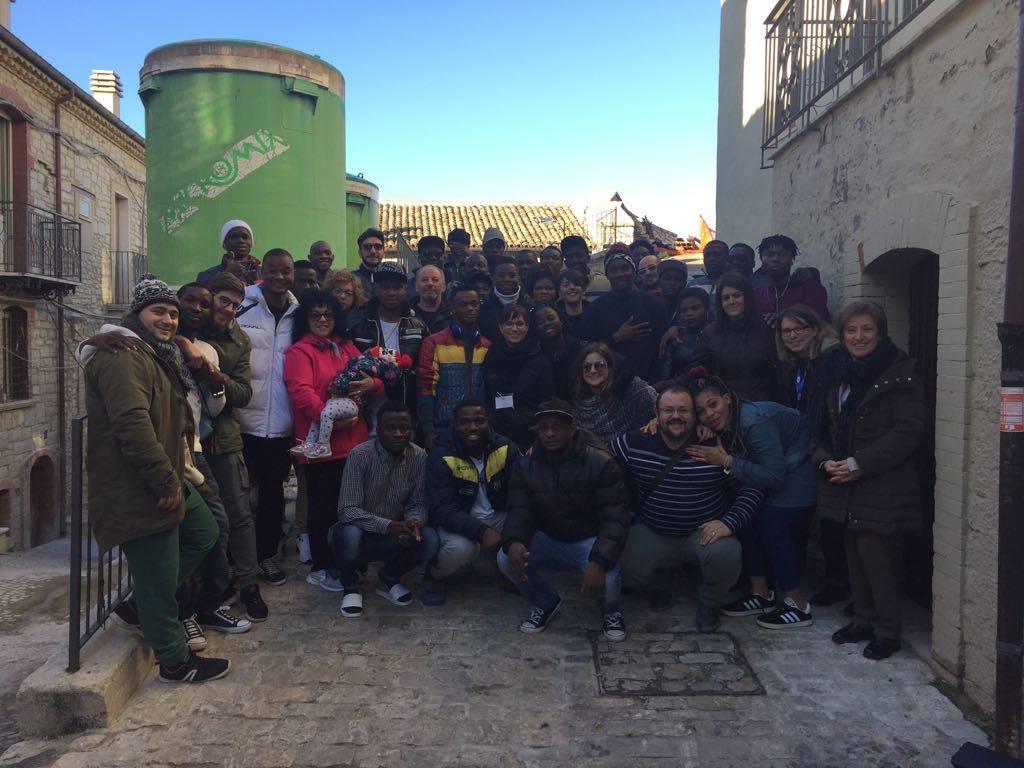 Prefetto chiude centro migranti, proteste della popolazione: 'Lasciateli qui'
