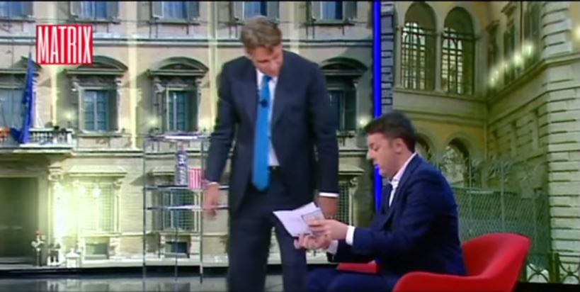 Renzi mostra il conto corrente in tv: «Oggi ho 15.859 euro»