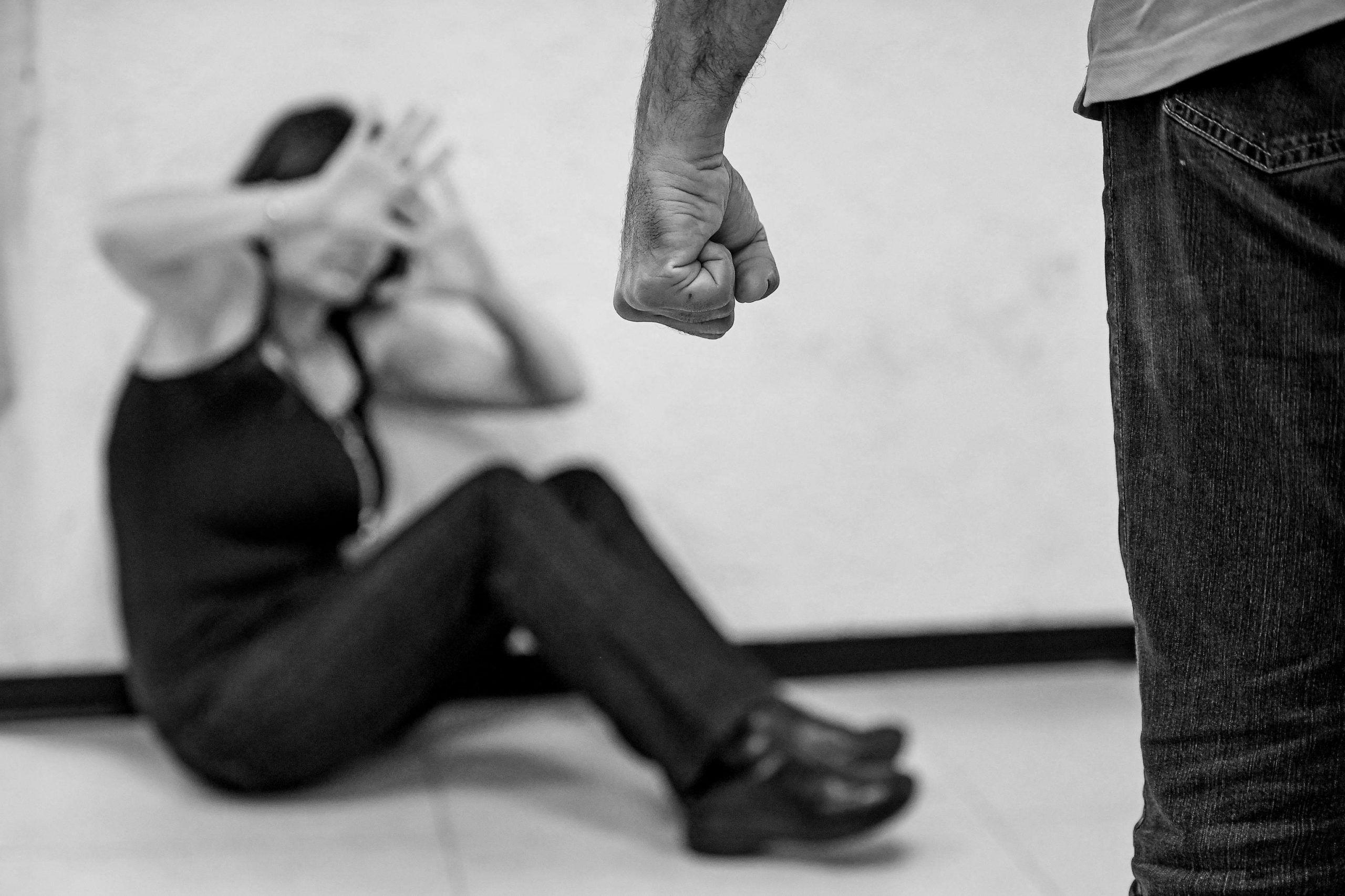 Violentata incinta e davanti al figlio piccolo, donna mette in fuga lo stupratore mordendogli il pene