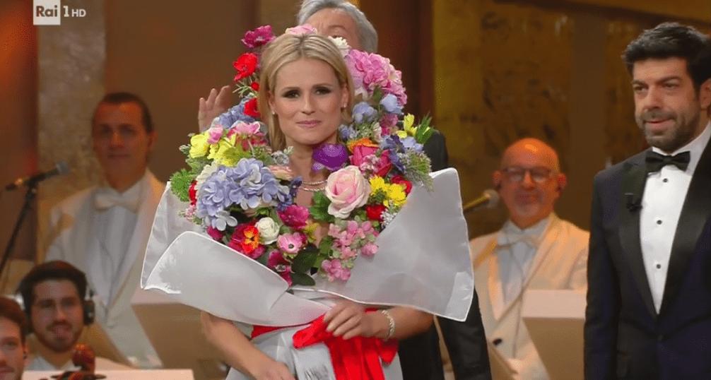Michelle Hunziker vestita da bouquet di fiori