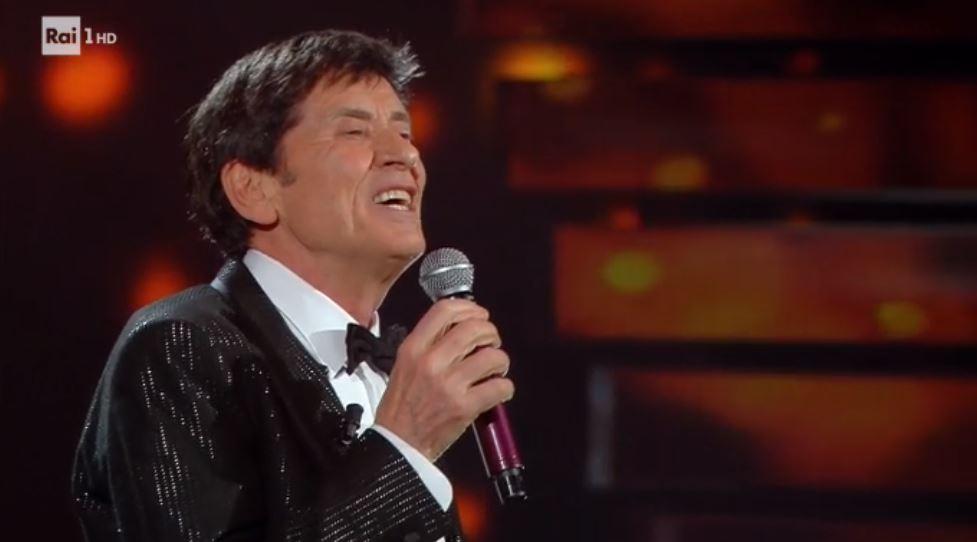 Gianni Morandi a Sanremo 2018: il cantante duetta con Baglioni e con Tommaso Paradiso