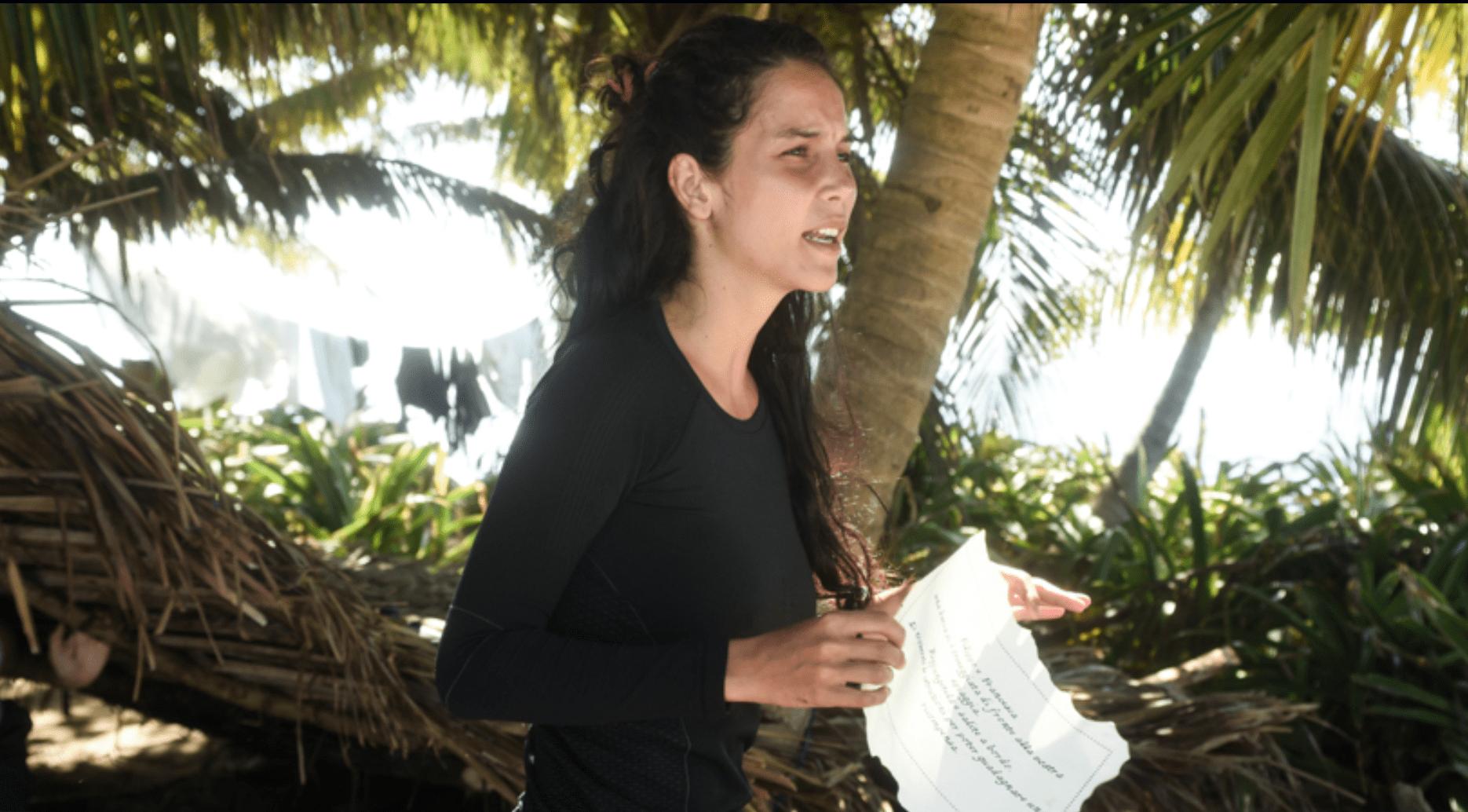L'Isola dei famosi 13, Paola Di Benedetto furiosa contro Cecilia Capriotti: 'E' una falsa'