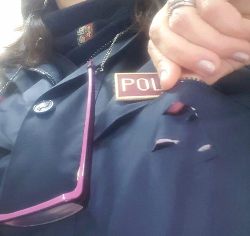 Poliziotta accoltellata al petto si salva grazie al cellulare