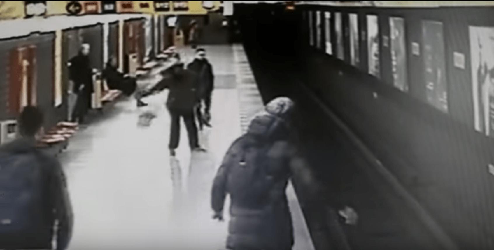 bimbo caduto metro