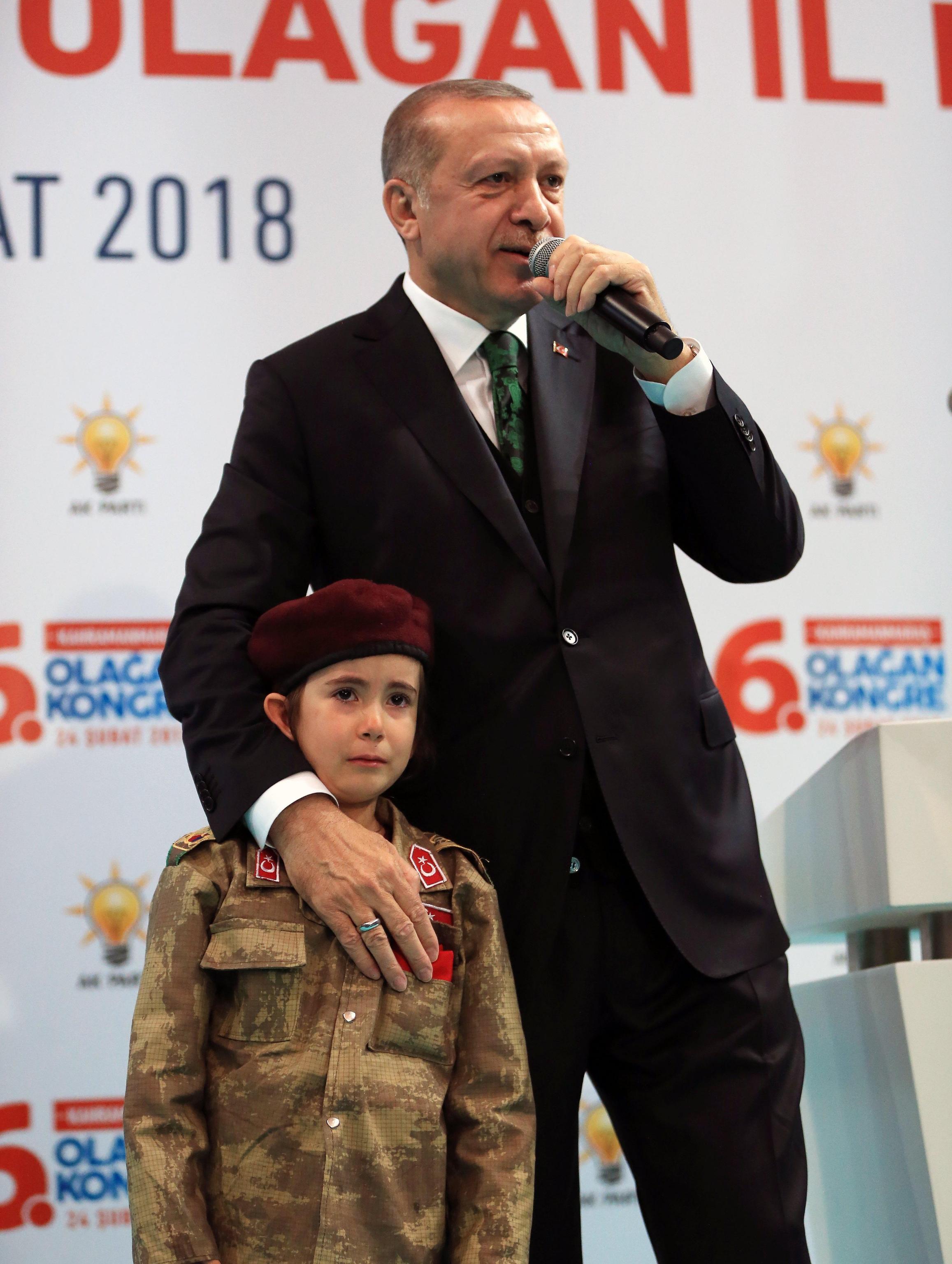Erdogan augura a una bambina di 6 anni di diventare martire: 'Sei pronta a tutto, vero?'