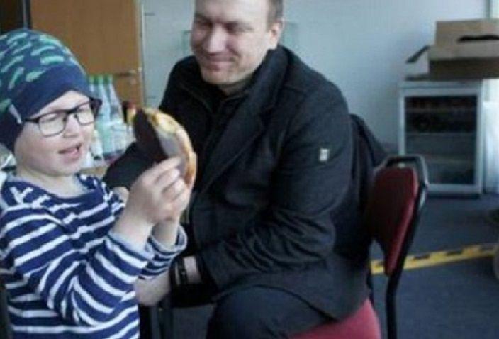 Ha il figlio malato di leucemia, i colleghi donano un anno di lavoro per permettergli di assisterlo