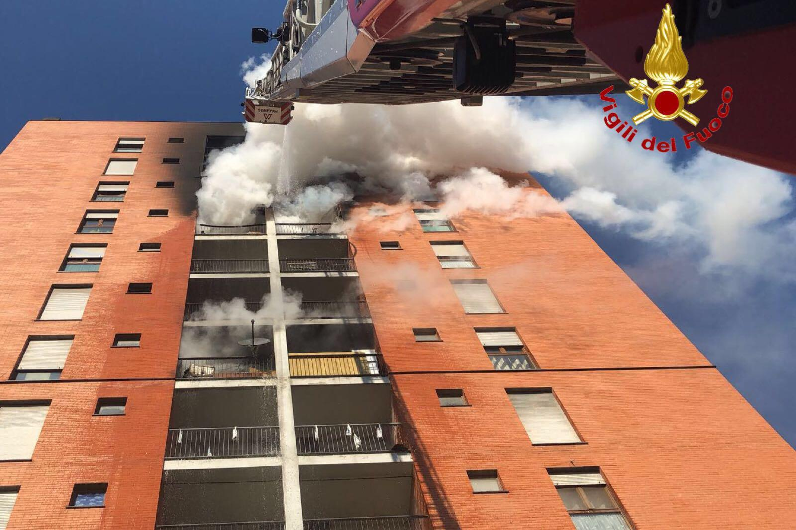 Incendio in un palazzo di 13 piani a Milano: morto il bambino di 13 anni