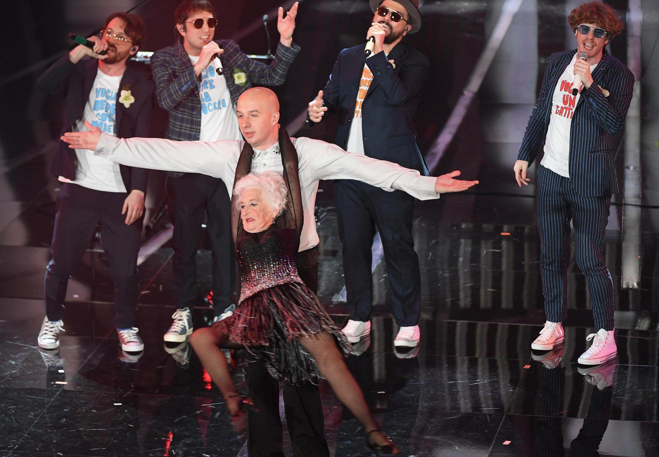 Lo Stato Sociale Sanremo 2018 vecchia che balla