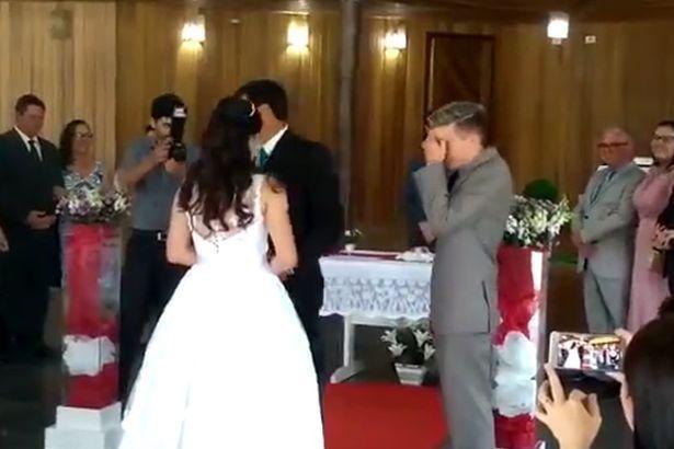 La marcia nuziale della sposa interrotta dal suono di gemiti sessuali