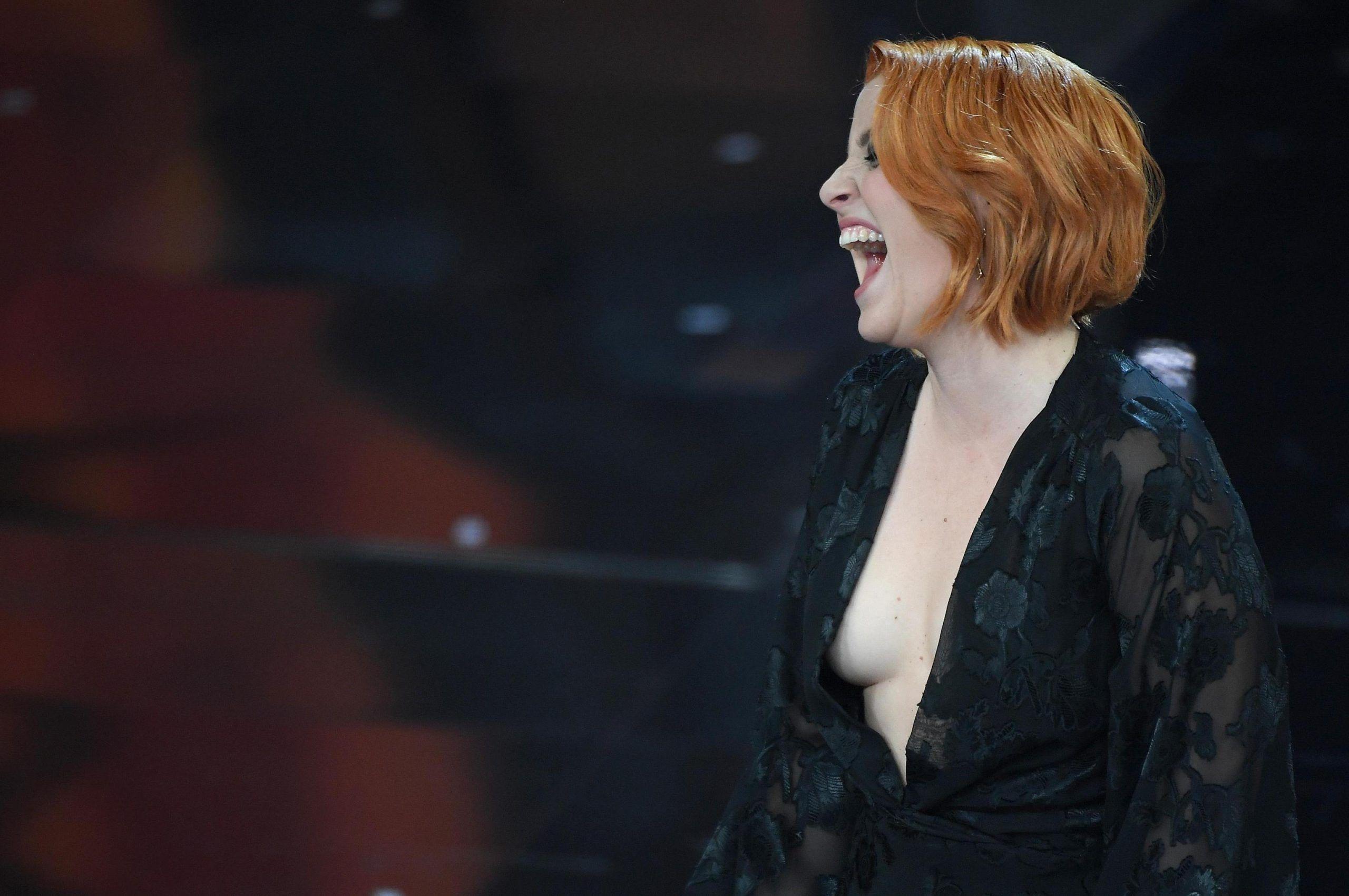 Festival di Sanremo 2018, Noemi 'fuori di seno' sul palco dell'Ariston