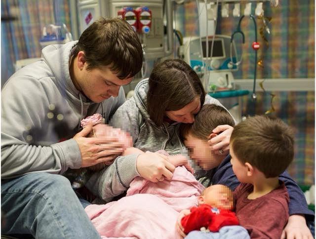 Muore a 2 anni in attesa del trapianto di cuore: l'abbraccio con i genitori nell'ultima foto