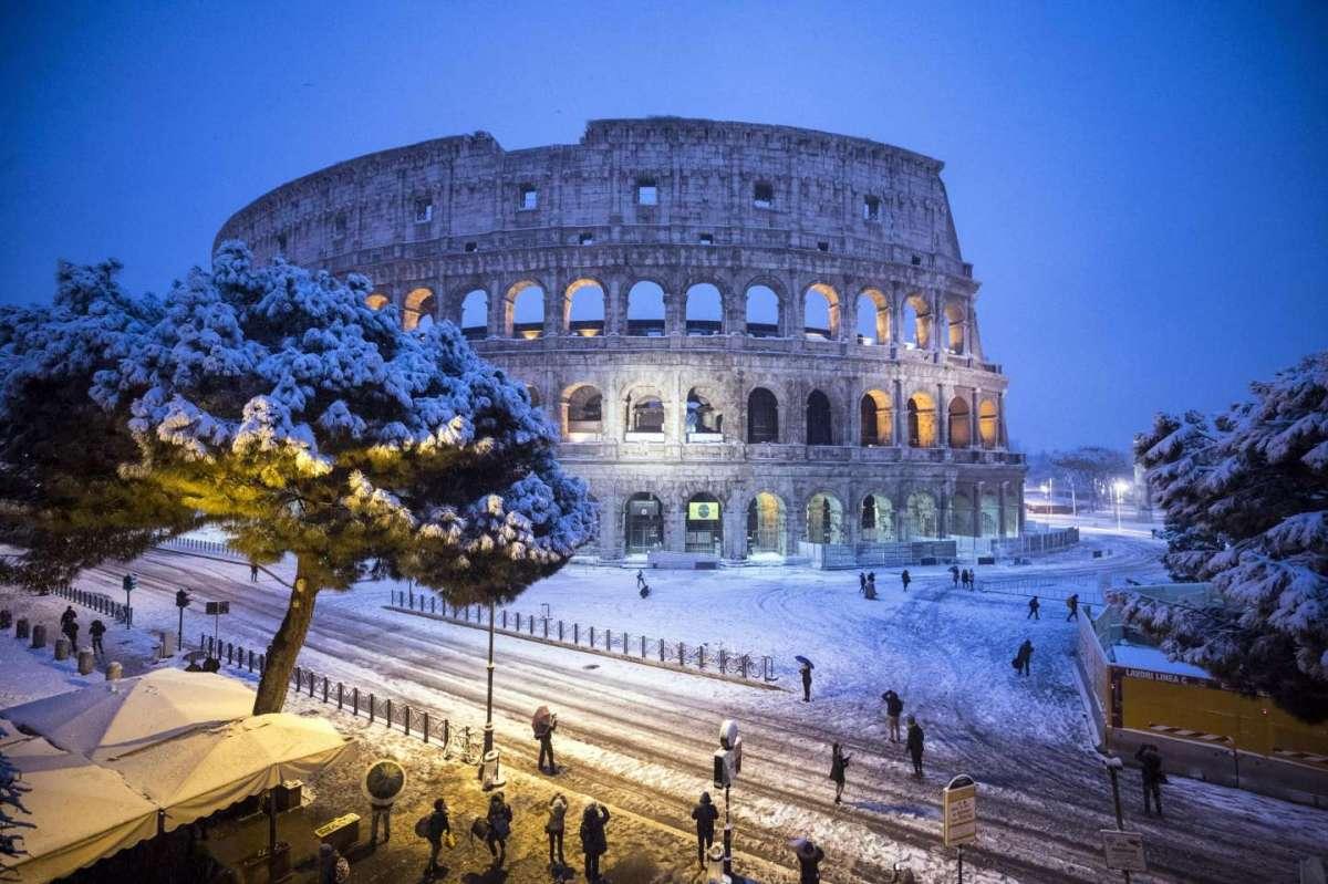 Maltempo, neve e gelo in tutta Italia: Roma sotto la neve, emergenza senzatetto
