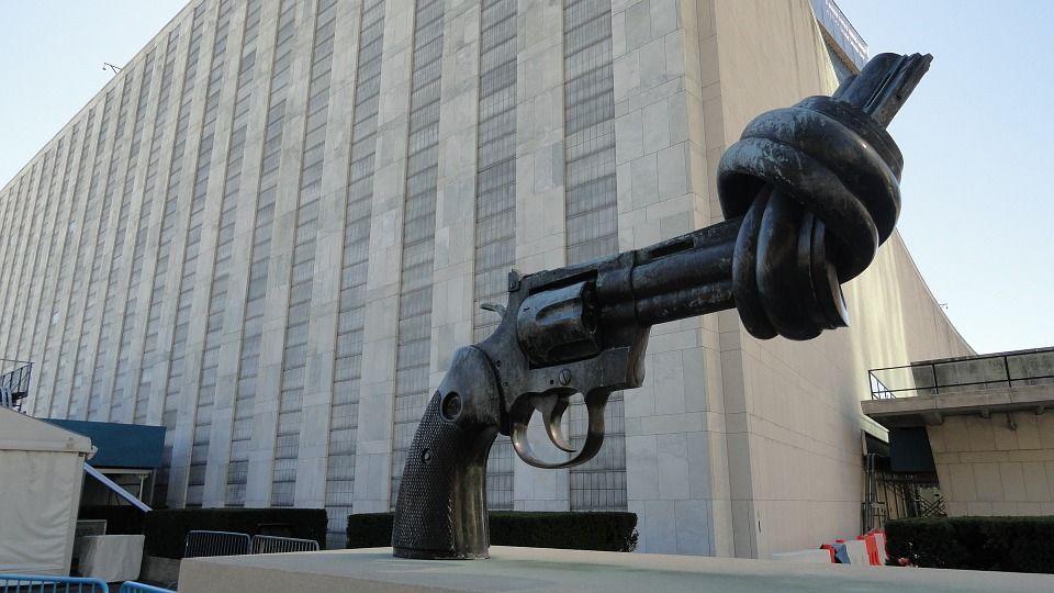 sculture più strane del mondo pistola annodata