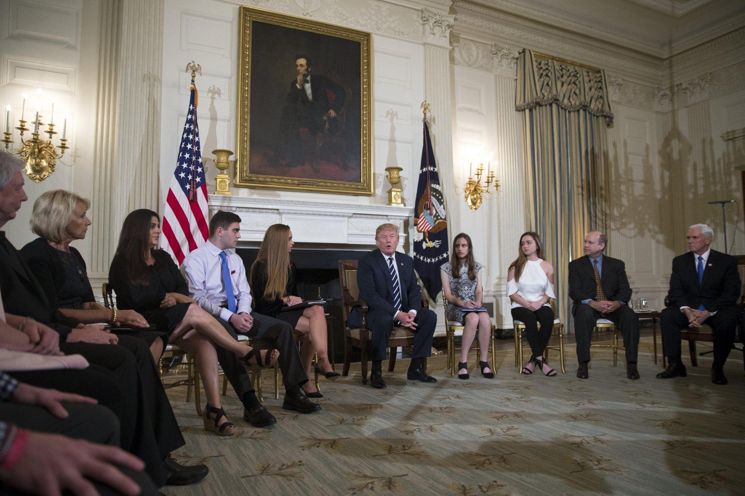 Trump incontra sopravvissuti alla strage in Florida