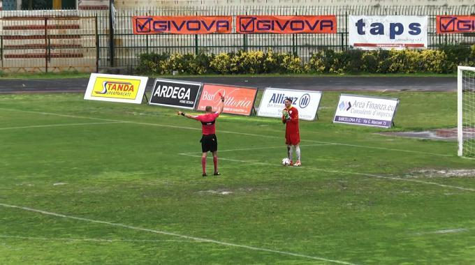 Portiere del Messina urina in campo a partita in corso, espulso