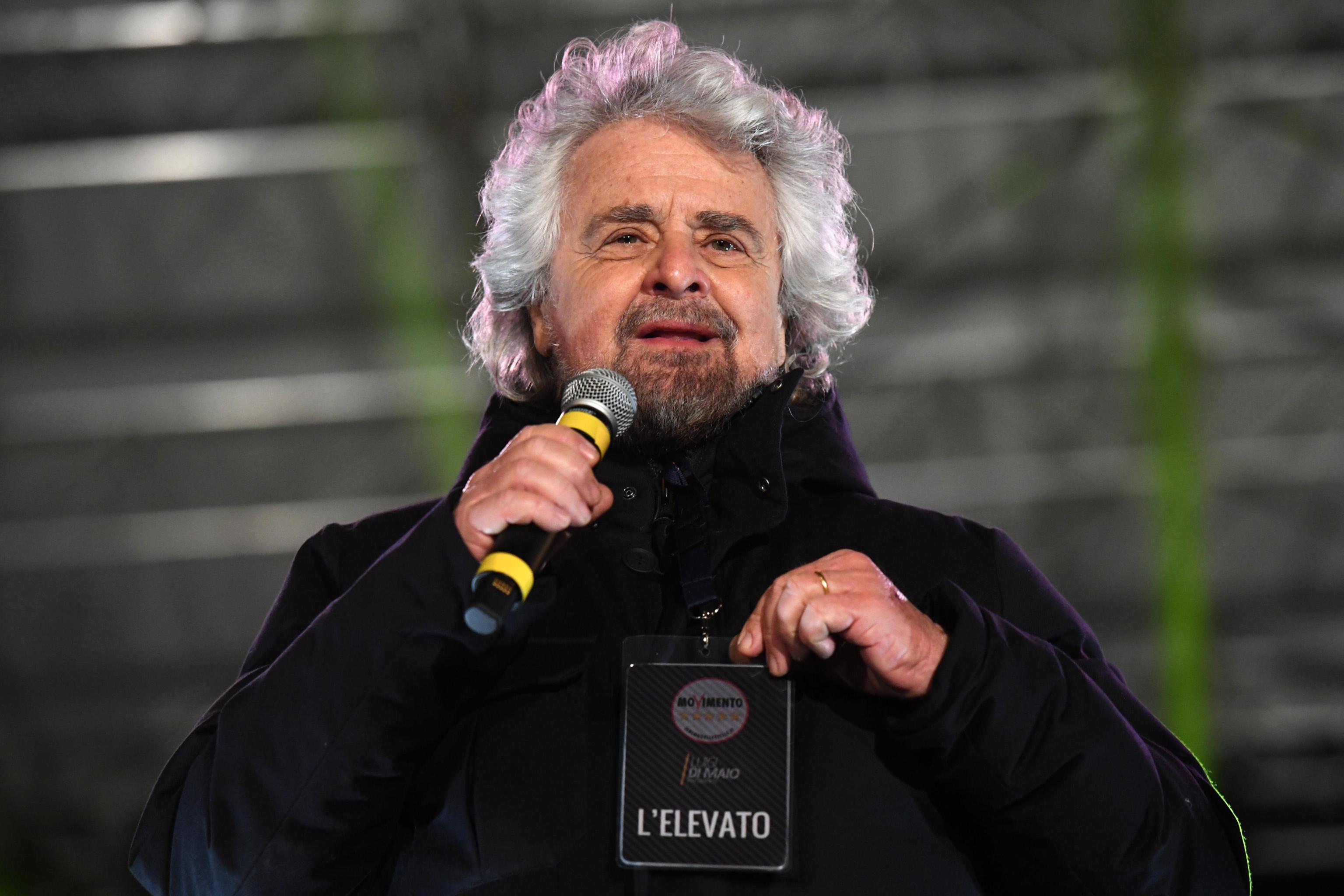 Società senza lavoro: Beppe Grillo chiede il reddito di nascita per tutti