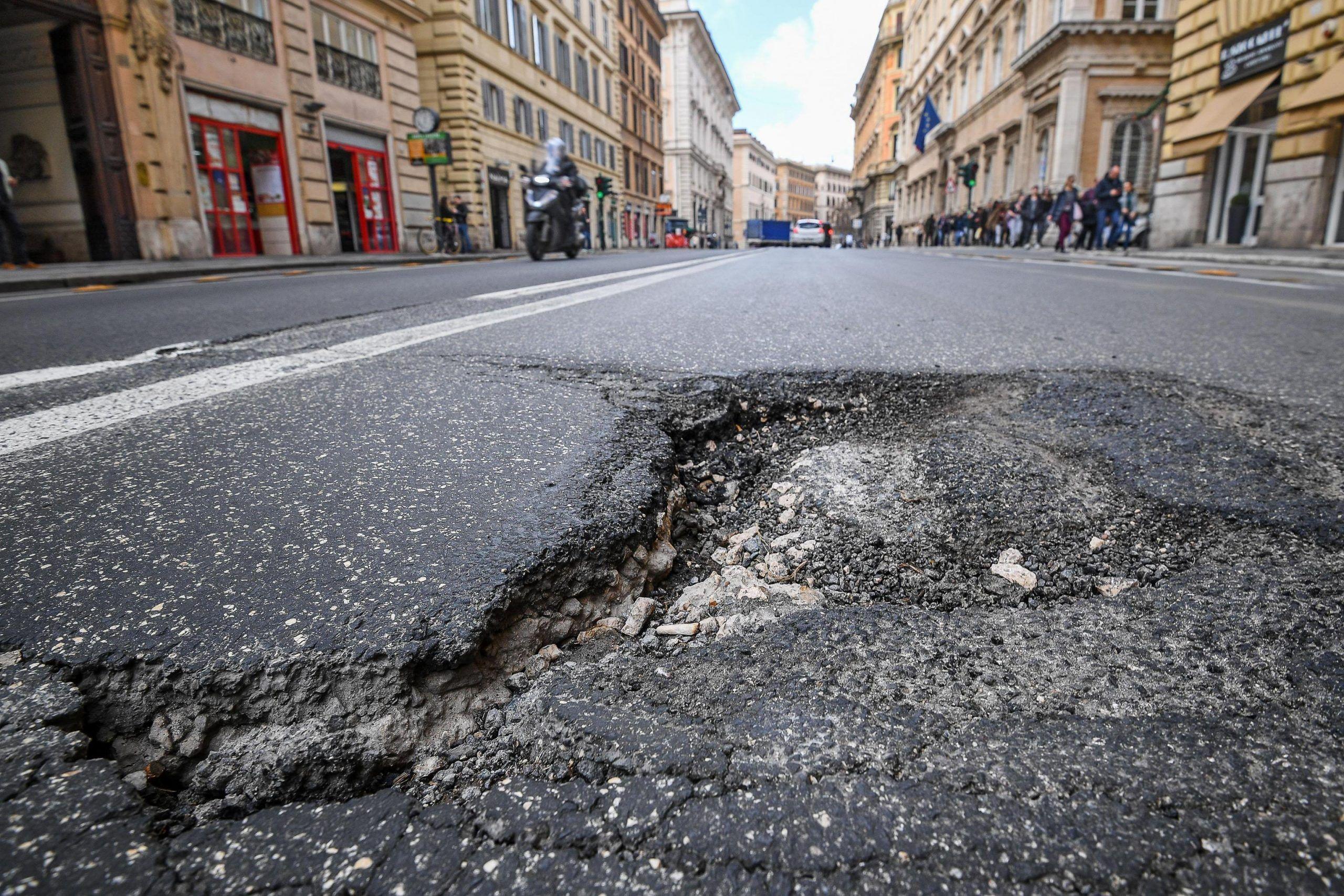 Buche stradali, chi paga i danni e come segnalarle