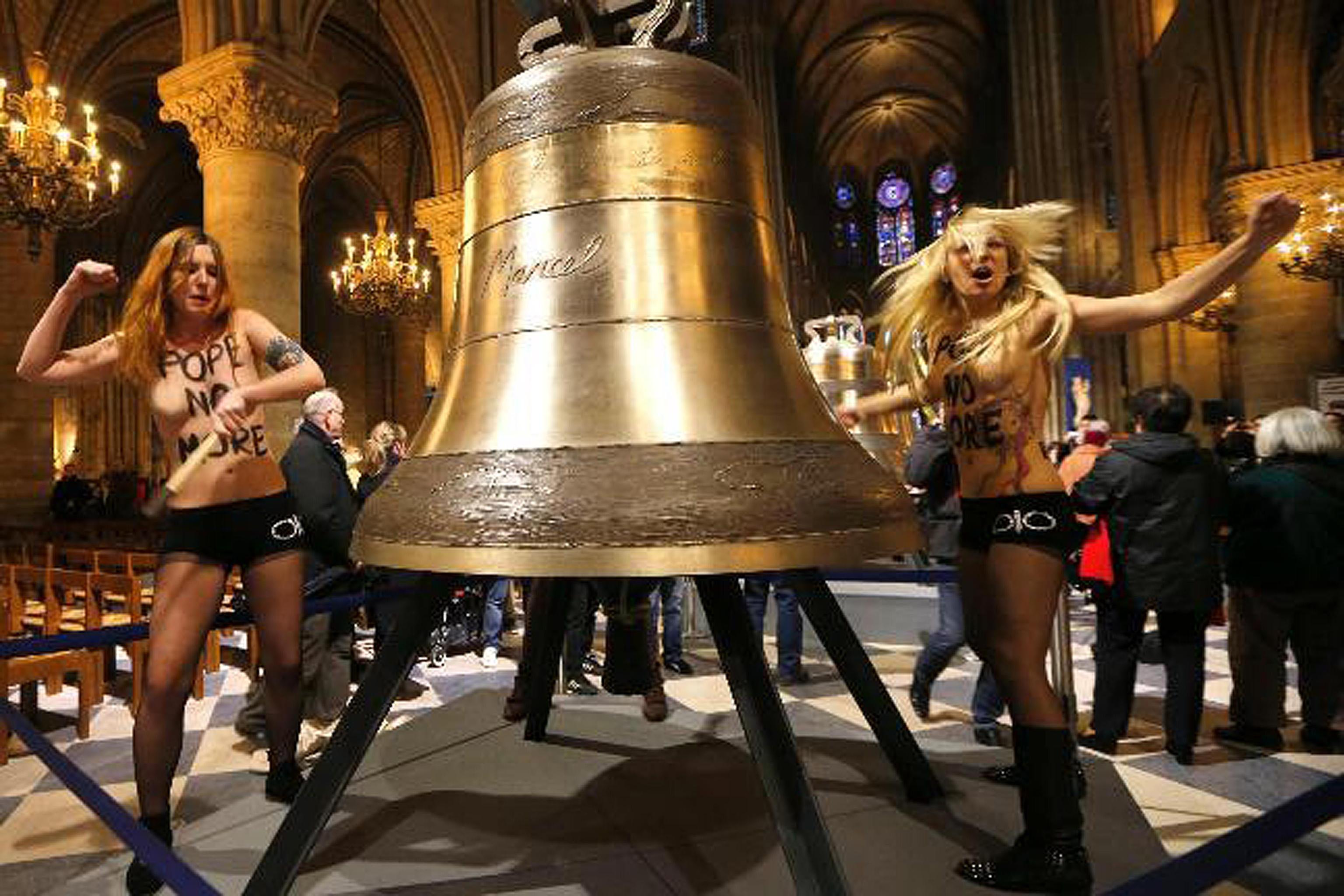 Femen vs Ratzinger