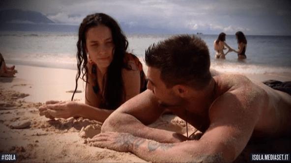 Francesco Monte e Paola Di Benedetto, il bacio dopo L'Isola 13: 'Ora sono felice'
