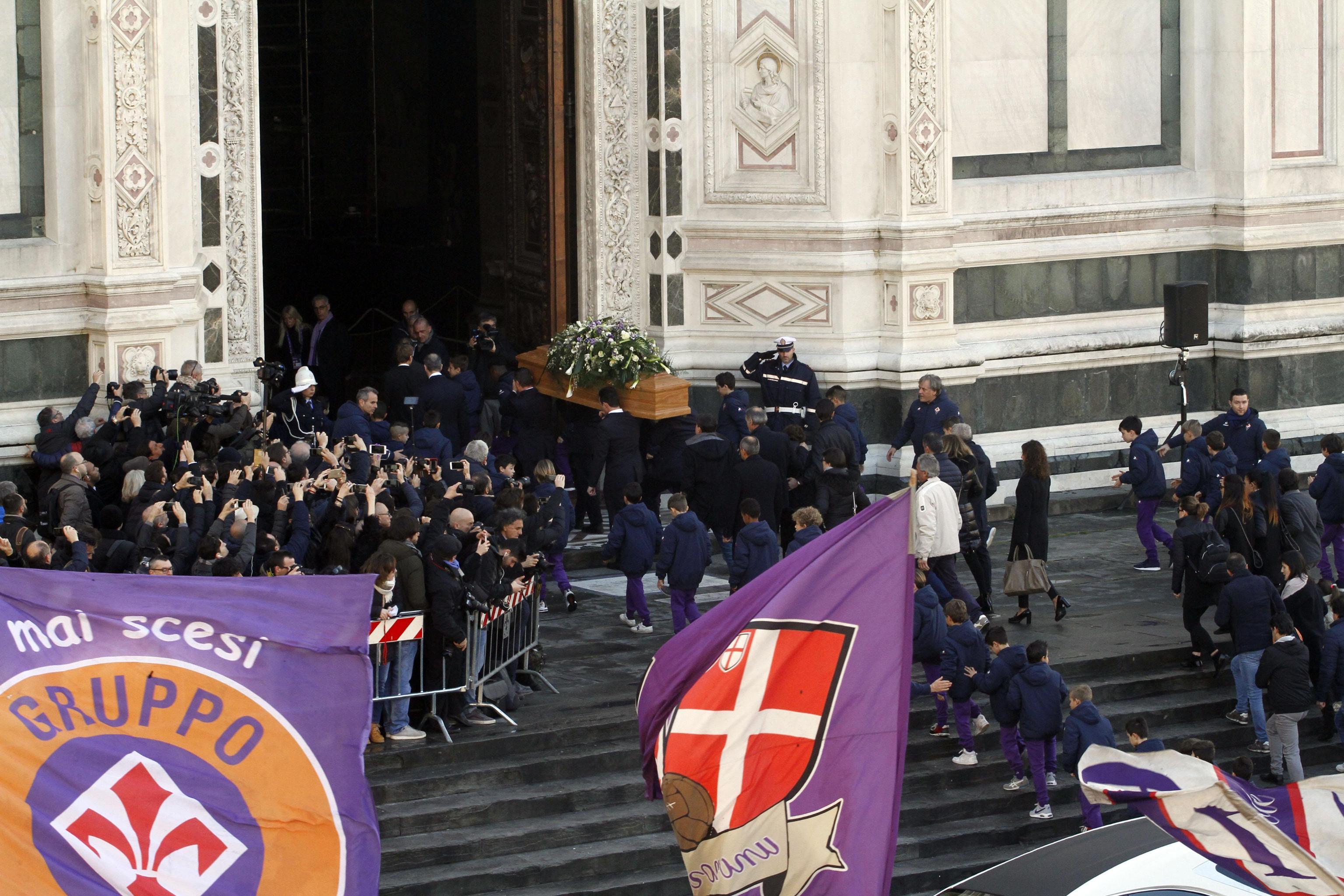 In Santa Croce l'ultimo abbraccio a Davide Astori