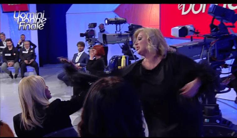 Uomini e Donne, Tina Cipollari fa un gavettone a Gemma Galgani: 'Questo è niente!'