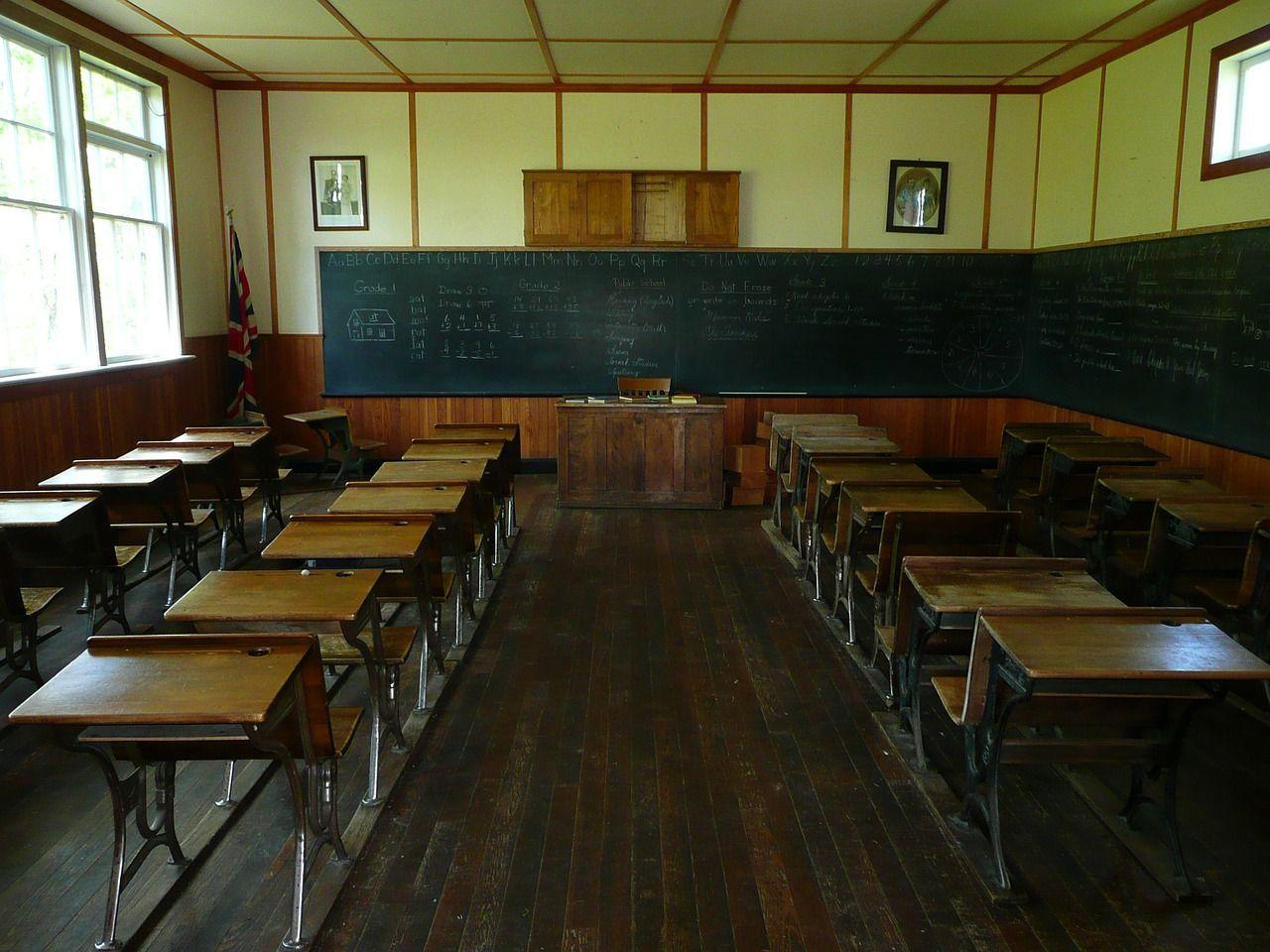 Insegnante vittima di bullismo: legata alla sedia poi presa a calci