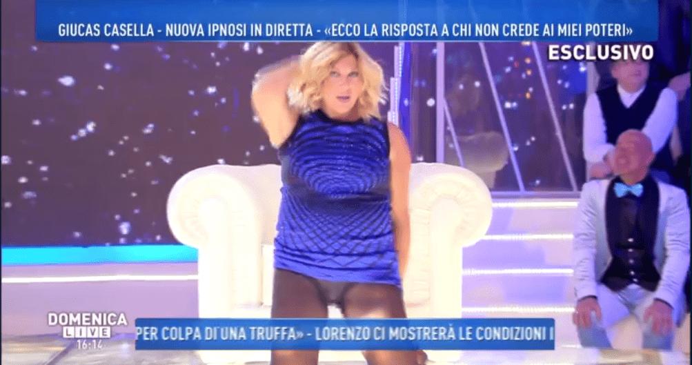Domenica Live, Nadia Rinaldi sotto ipnosi: mostra gli slip ballando Lady Marmalade