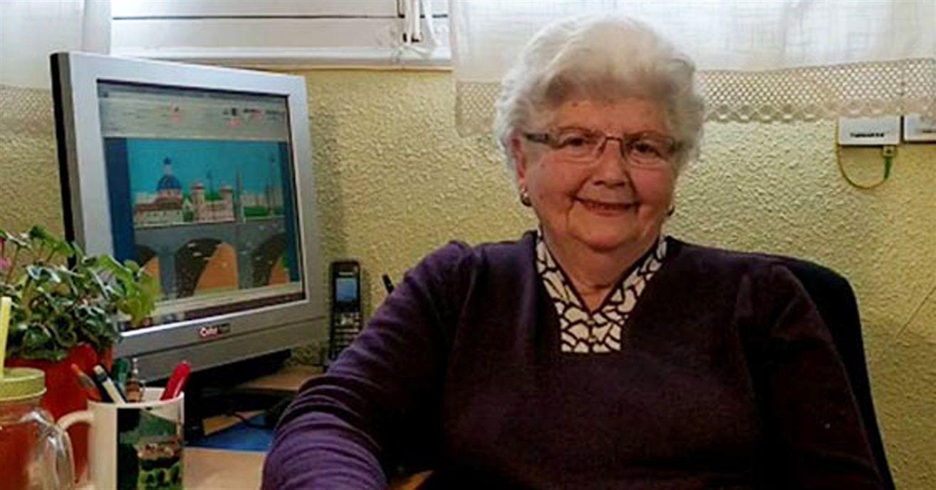 Nonnina che fa disegni con paint a 87 anni