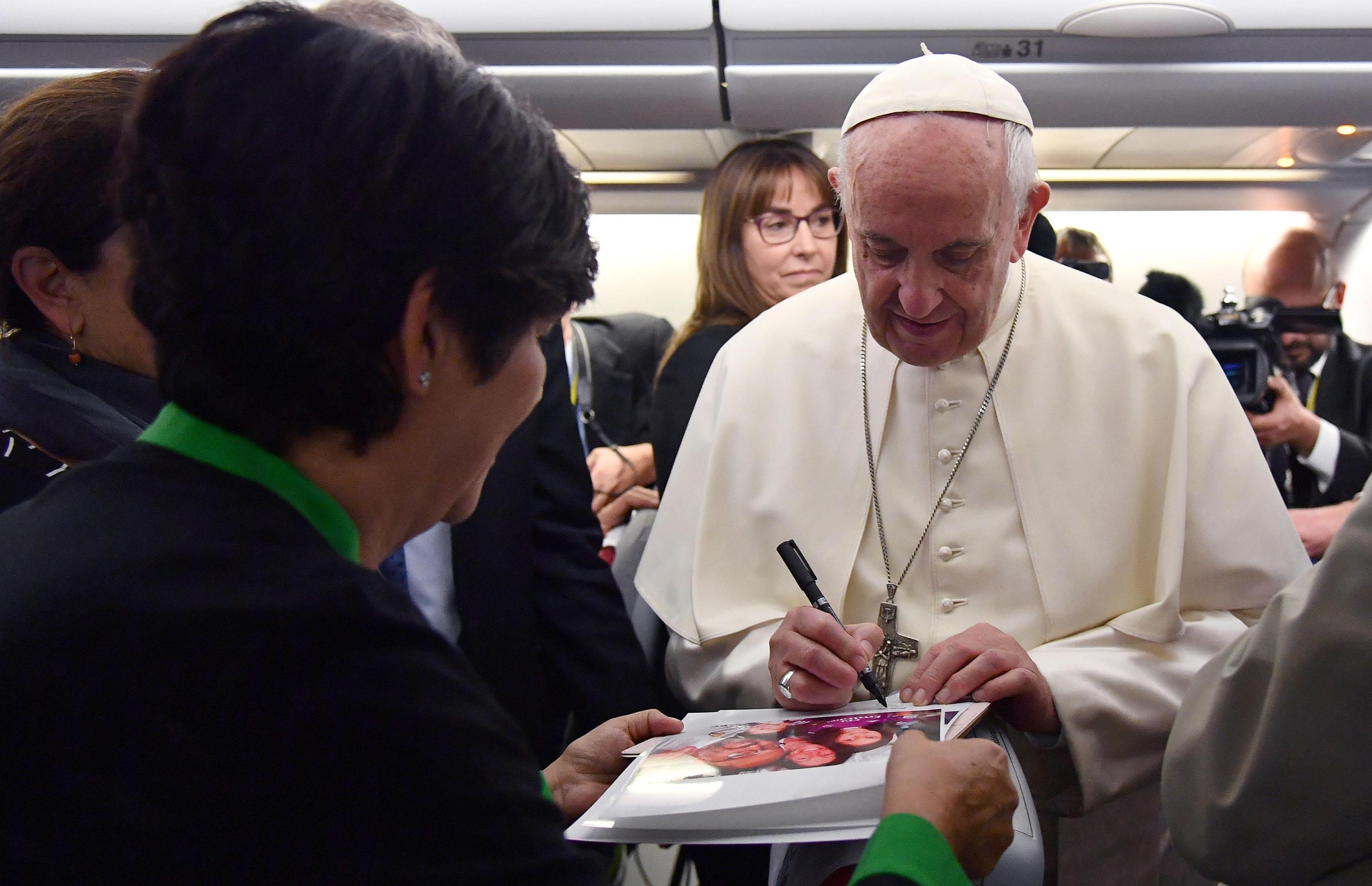 Papa Francesco firma autografo