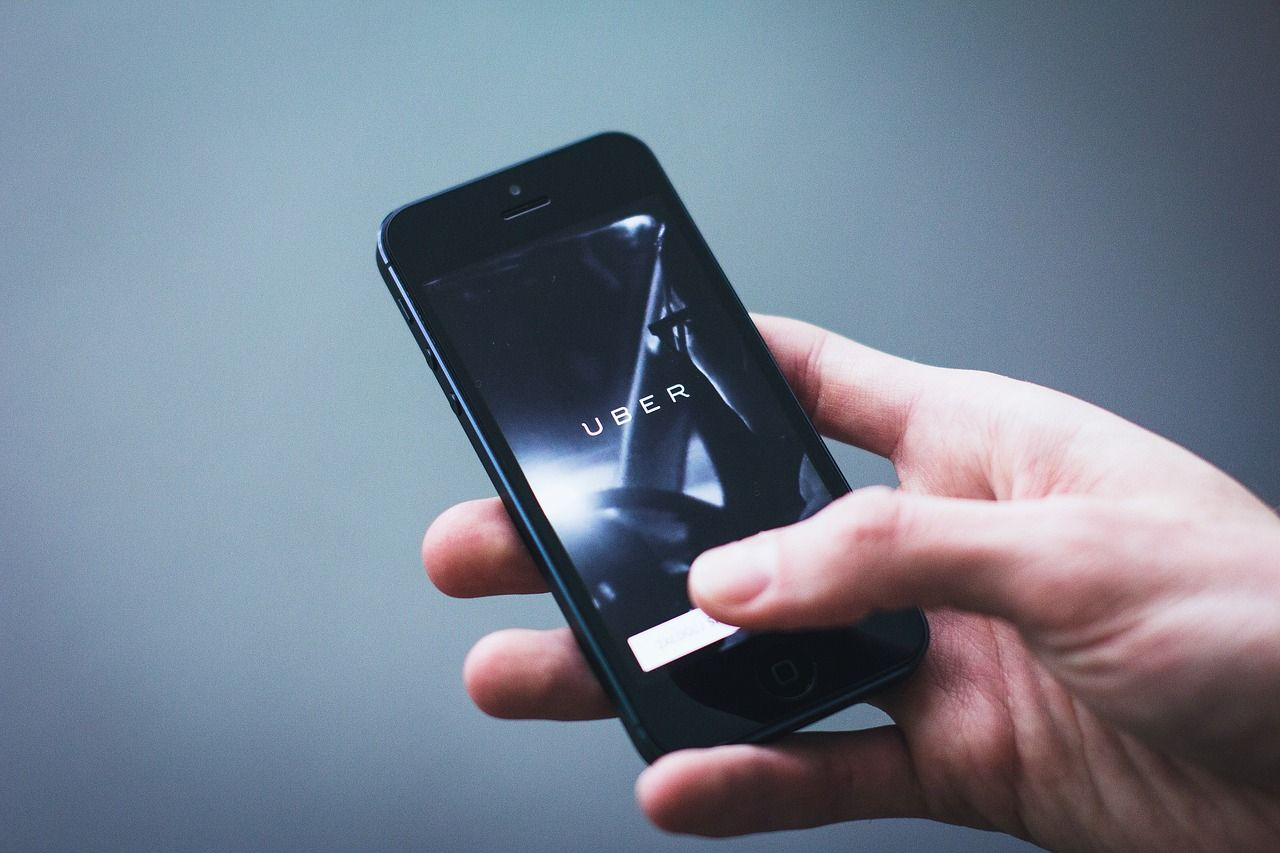 Uber incidente mortale: sospesi i test sulle auto a guida autonoma